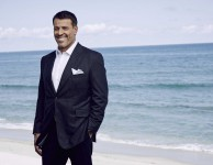 how-celebrity-coach-tony-robbins-spends-his-millions